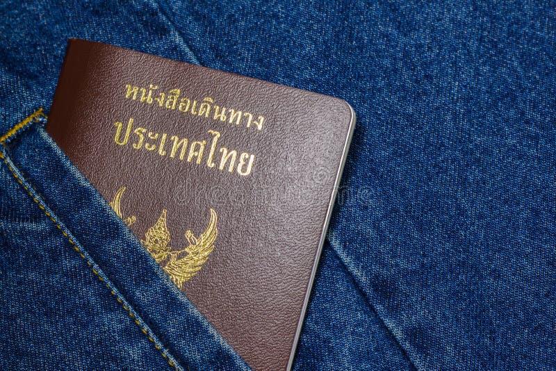 Passaporto sui jeans immagini stock libere da diritti