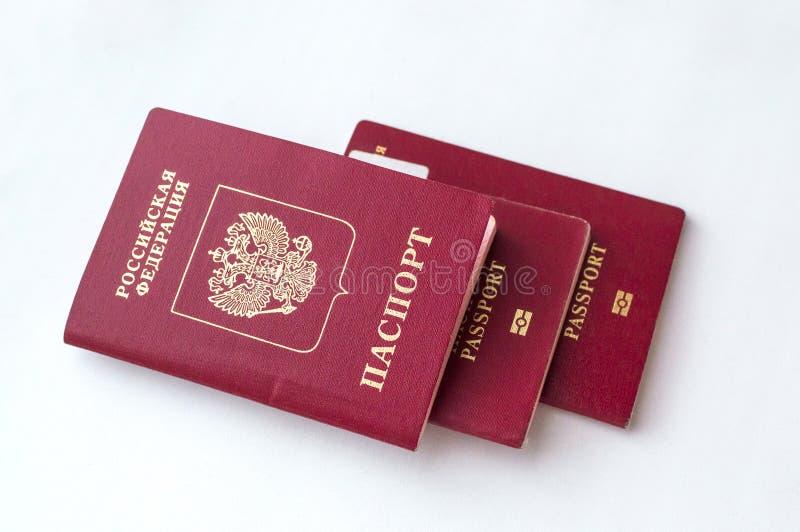 Passaporto tre del cittadino della Federazione Russa su un fondo bianco fotografia stock