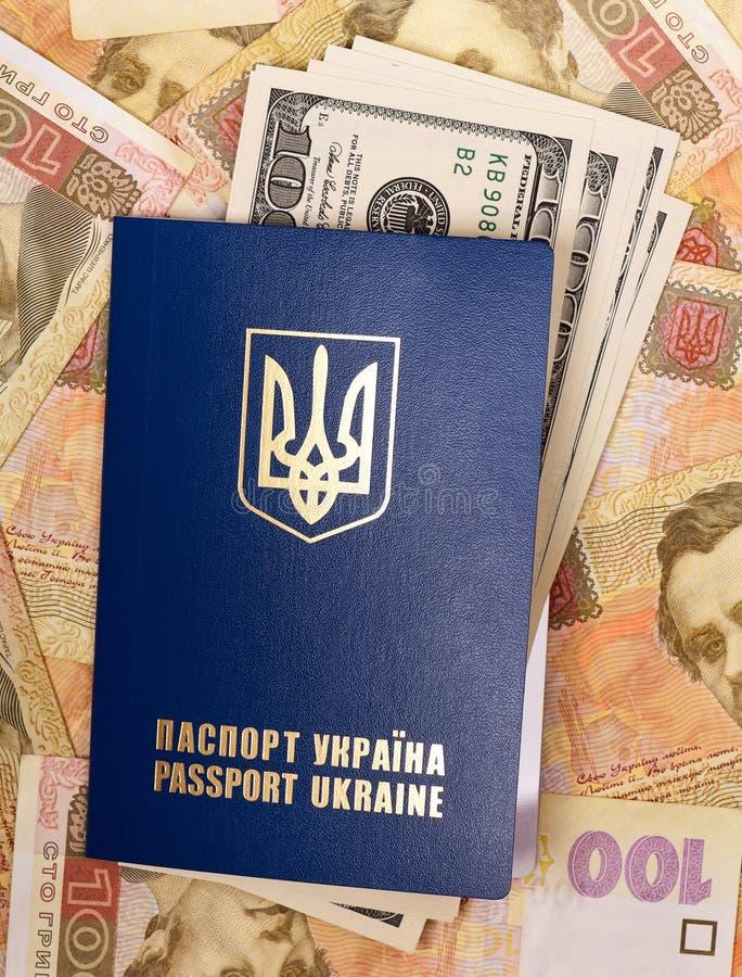 Passaporto Ucraina con i dollari immagine stock