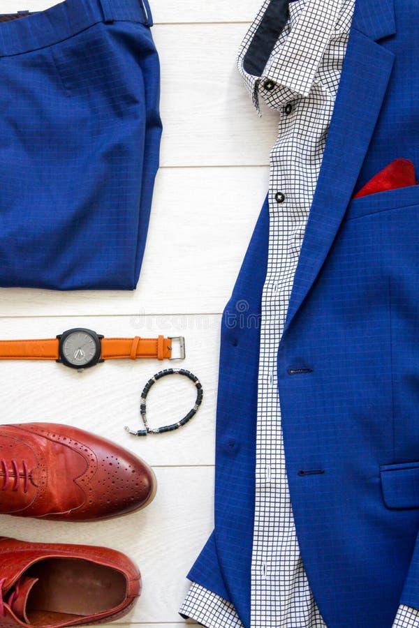 Passar bryner den lekmanna- uppsättningen för lägenheten av klassiska mäns kläder liksom blått, sh arkivfoto