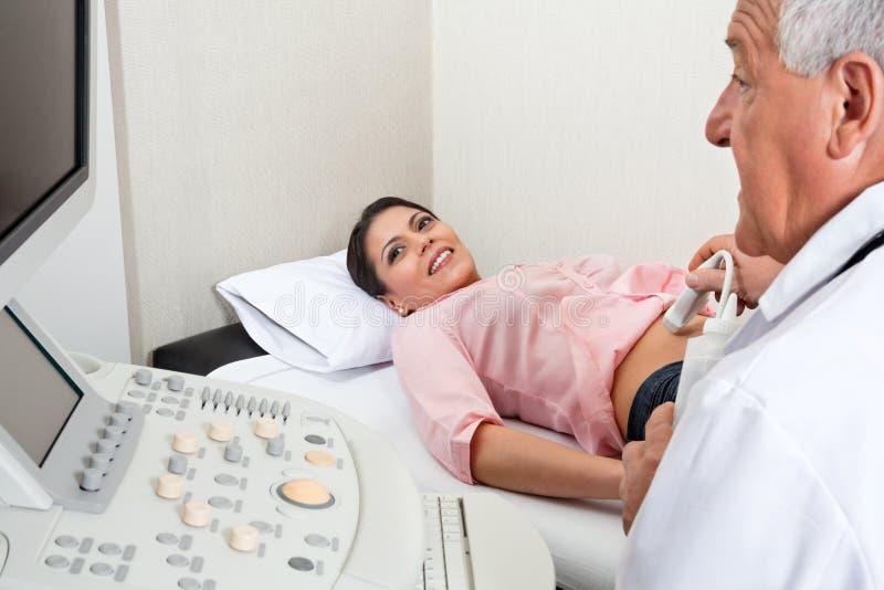 Passare femminile con l'ultrasuono dell'addome fotografia stock