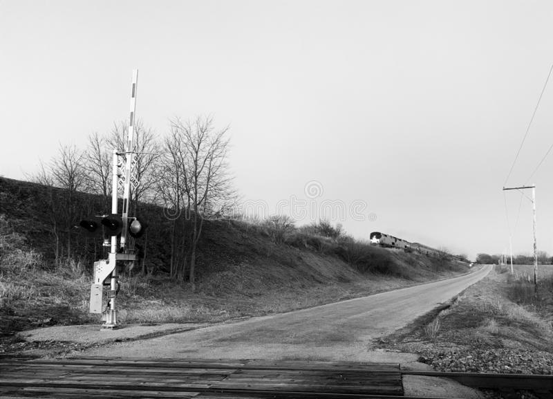 Passare treno sulla ferrovia nella campagna di Illinois immagine stock