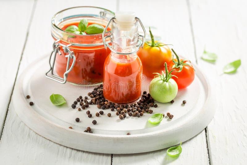Passata caseiro e saboroso preparado dos tomates na tabela branca fotos de stock royalty free