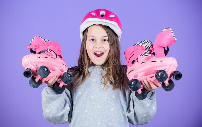 Passatempo adolescente da patinagem de rolo Patinagem indo adolescente alegre Menina adolescente desportiva Patins adolescentes b imagens de stock royalty free