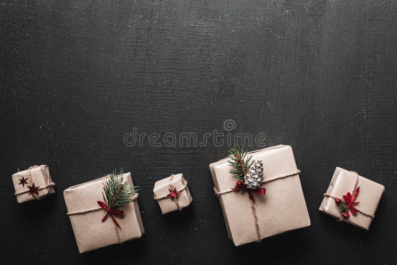 Passatempo criativo Caixas modernas de empacotamento do presente de Natal no papel marrom à moda com fita fotografia de stock