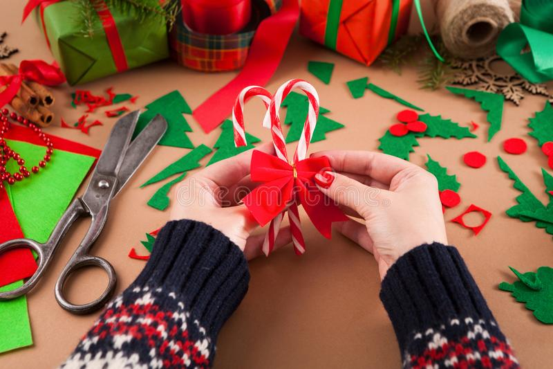 Passatempo diy criativo Decoração feito a mão do Natal do ofício, bastões de doces do Natal com curva vermelha imagem de stock royalty free