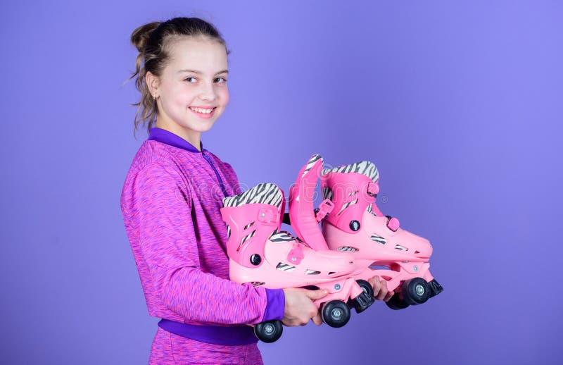 Passatempo e lazer ativo Infância feliz Escolha o tamanho apropriado dos patins de rolo Porque as crianças amam patins de rolo Pa imagem de stock royalty free