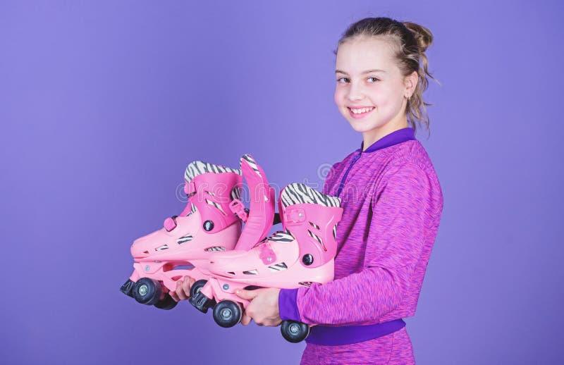 Passatempo e lazer ativo Inf?ncia feliz Escolha o tamanho apropriado dos patins de rolo Porque as crian?as amam patins de rolo Pa fotografia de stock