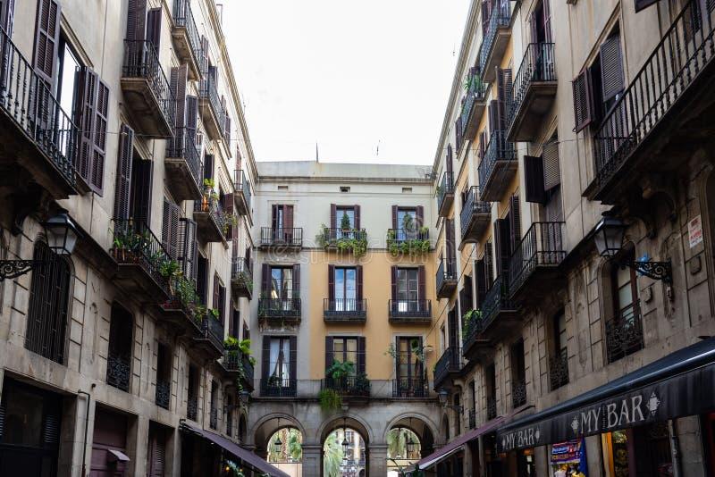 Passatge Madoz,对Placa Reial的方式,与古老和典型的大厦 巴塞罗那 库存图片