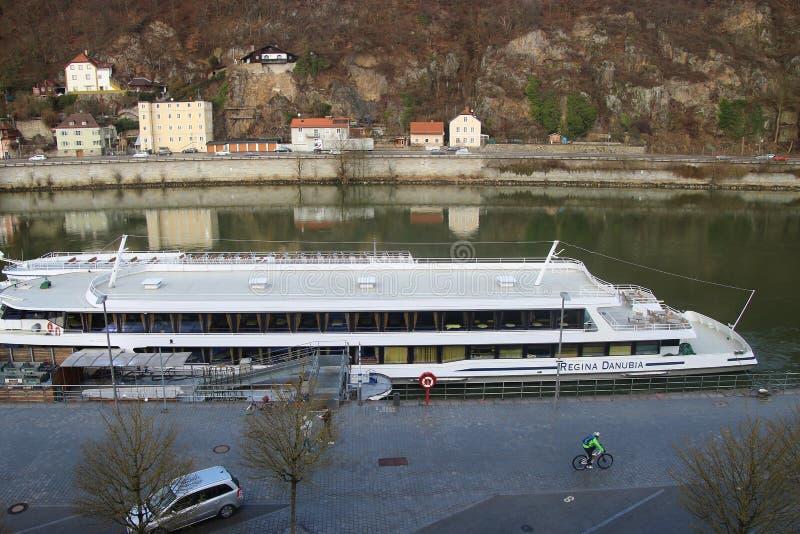 Passau, Baviera, Alemania: Nave de la excursión en el embarcadero del río Danubio imagen de archivo libre de regalías