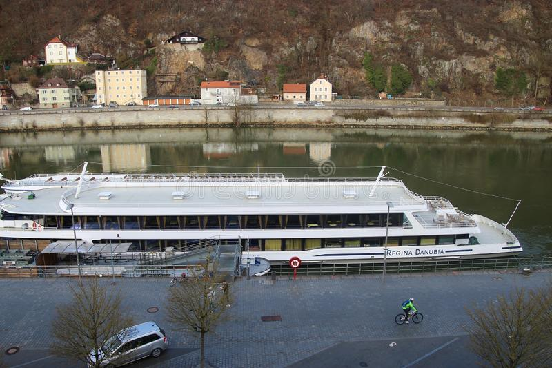 Passau, Beieren, Duitsland: Excursieschip op de pijler van de rivier van Donau royalty-vrije stock afbeelding