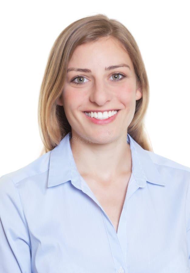 Passbild av en blond tysk kvinna i blå blus royaltyfri foto