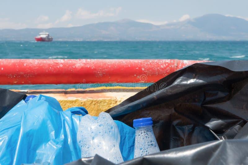 Passe acima garrafas plásticas Invista em uma garrafa de água recarregável Dê acima sacos de plástico Tome ao seus próprios reusá imagens de stock