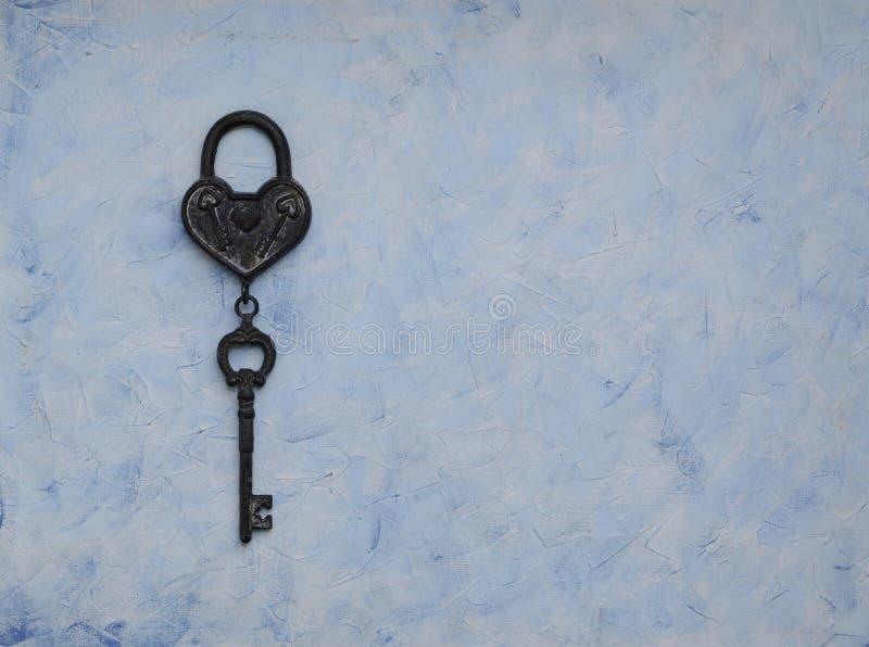 Passe a chave do fechamento que encontra-se no fundo de madeira do vintage, vista superior foto de stock royalty free