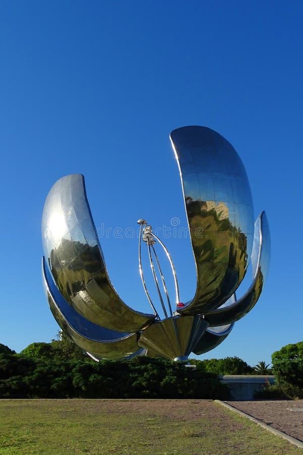 Passe a escultura grande da flor com energia solar no parque de Buenos Aires, o 30 de dezembro de 2017, Argentina foto de stock royalty free