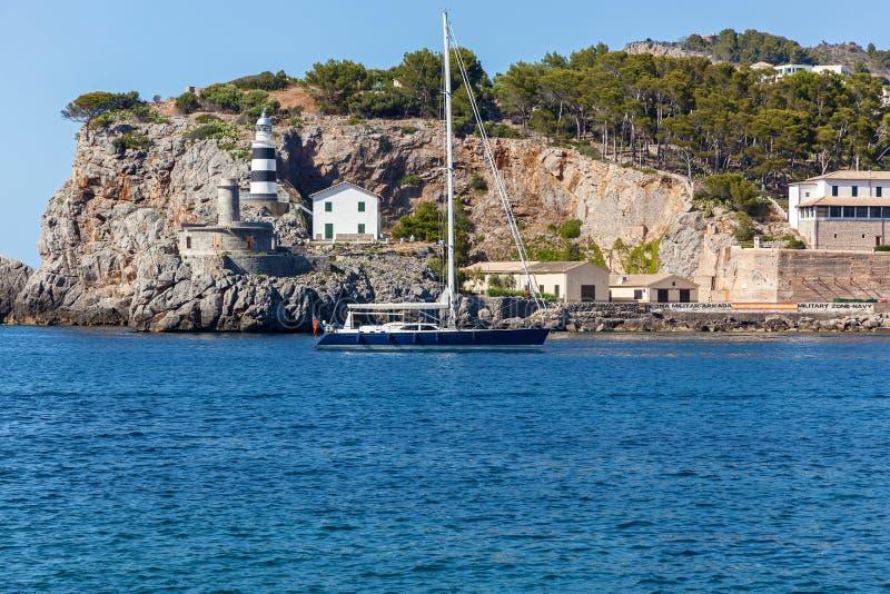 Passe le yacht de phare photo stock