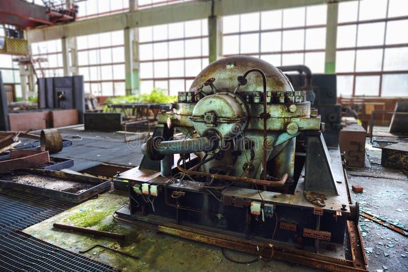 Passe o equipamento industrial oxidado, máquina em uma fábrica abandonada imagem de stock royalty free