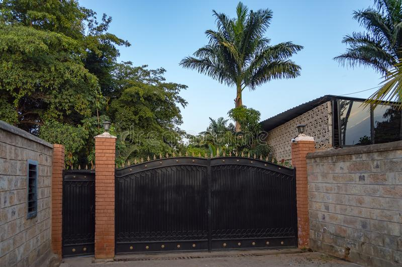 Passe o portal da entrada com as setas na parte superior e as palmeiras no backgroun foto de stock