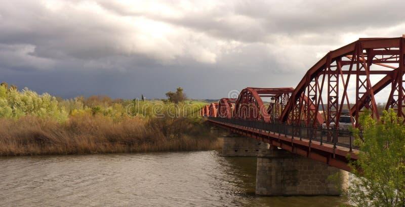 Passe a ponte sobre o rio um o dia nebuloso fotos de stock