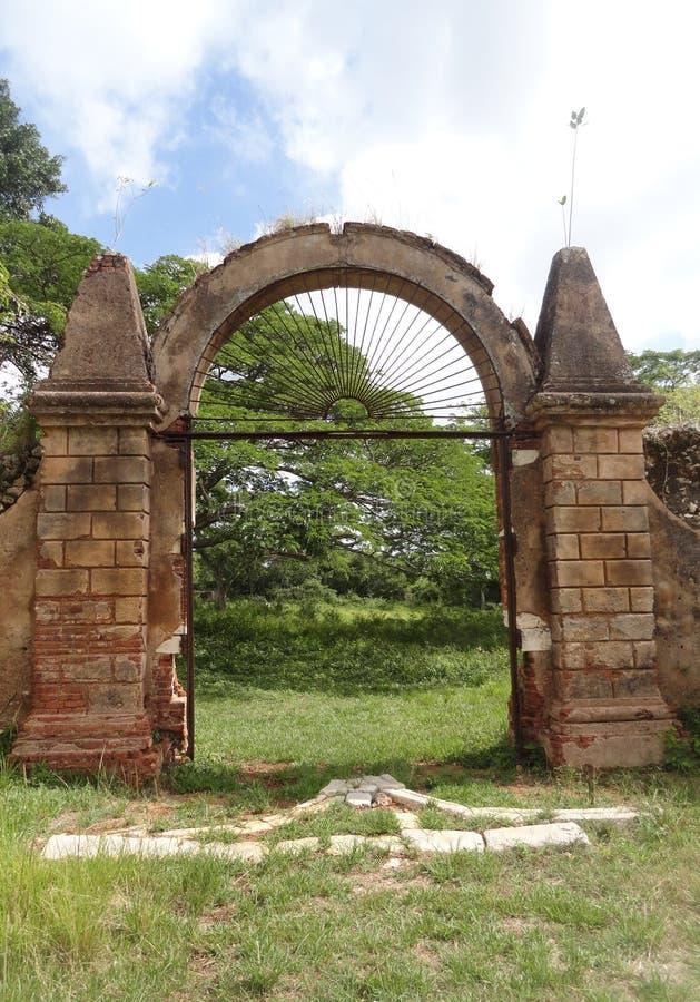 Passe a porta e as paredes de pedra da plantação colonial do coffe imagem de stock