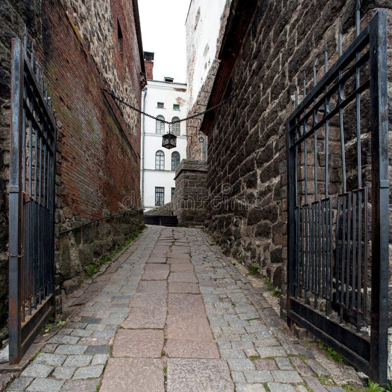 Passe a porta na fortaleza medieval - castelo de Vyborg imagem de stock royalty free