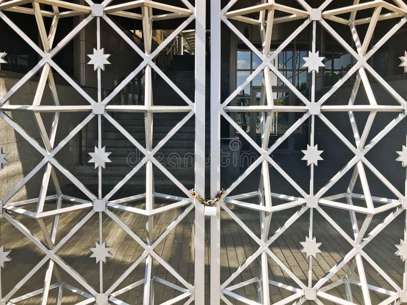 Passe portas, cerca da barra de metal congelada em uma corrente oxidada velha forte das relações em um grande fechamento do celei fotografia de stock