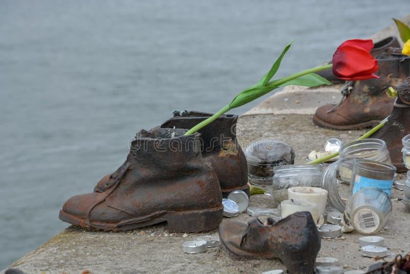 Passe sapatas no rio Danúbio na memória dos judeus executados nos Bu imagem de stock