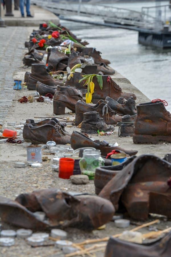Passe sapatas no rio Danúbio na memória dos judeus executados nos Bu fotografia de stock royalty free