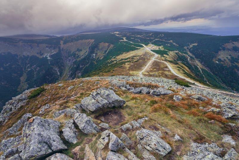 Passe sob a montanha de Sniezka foto de stock royalty free