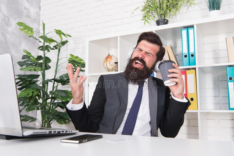 Passe-temps de chant Concept de r?sistance d'effort Directeur détendant avec du café préféré de musique et de tasse Employ? de bu photos stock