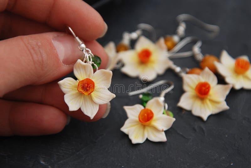Passe-temps de Fale Narcissus Flowers Polymer Clay Earrings et concept fait main photos libres de droits