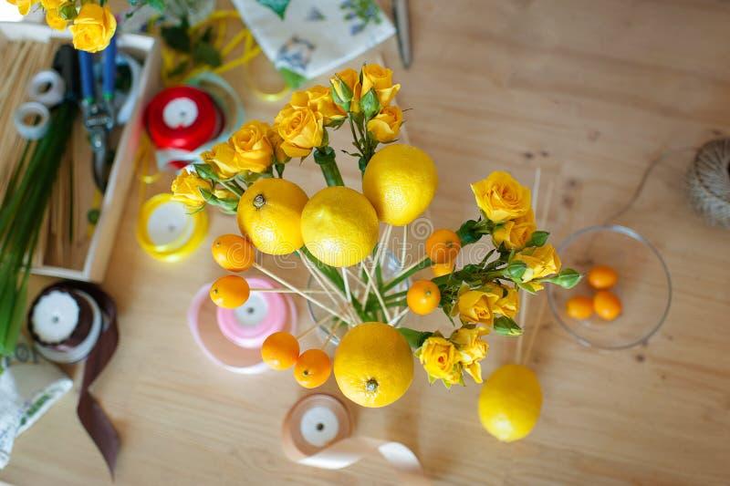 Passe-temps de Floristics Procédé floral et de fruits de bouquet de fabrication photographie stock