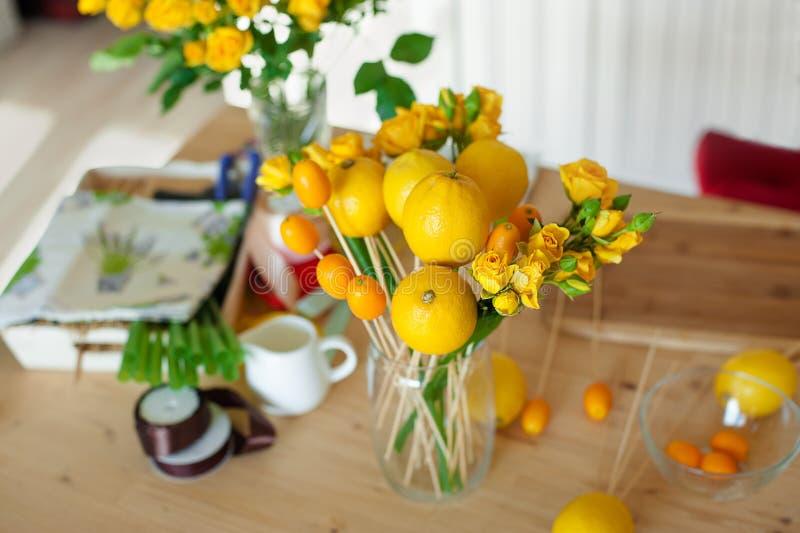 Passe-temps de Floristics Procédé floral et de fruits de bouquet de fabrication La vie immobile aérienne du procédé de fabricatio image stock