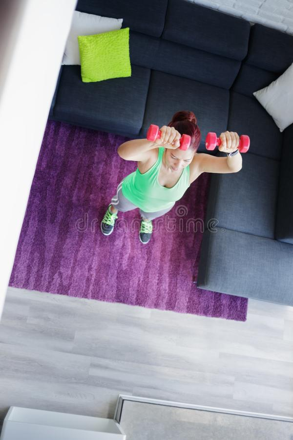 Passe-temps et sport pour la femme agée établissant et s'exerçant photo stock