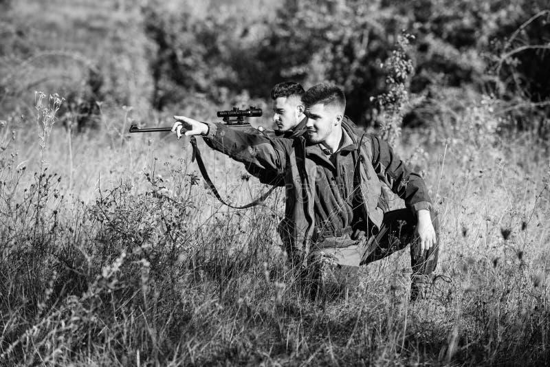 Passe-temps pour le vrai concept d'hommes Chasseurs avec des fusils dans l'environnement de nature L'ami de chasseur appr?cient d photos stock