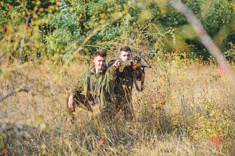 Passe-temps pour le vrai concept d'hommes Chasseurs avec des fusils dans l'environnement de nature Garde-chasse de chasseurs rech image stock