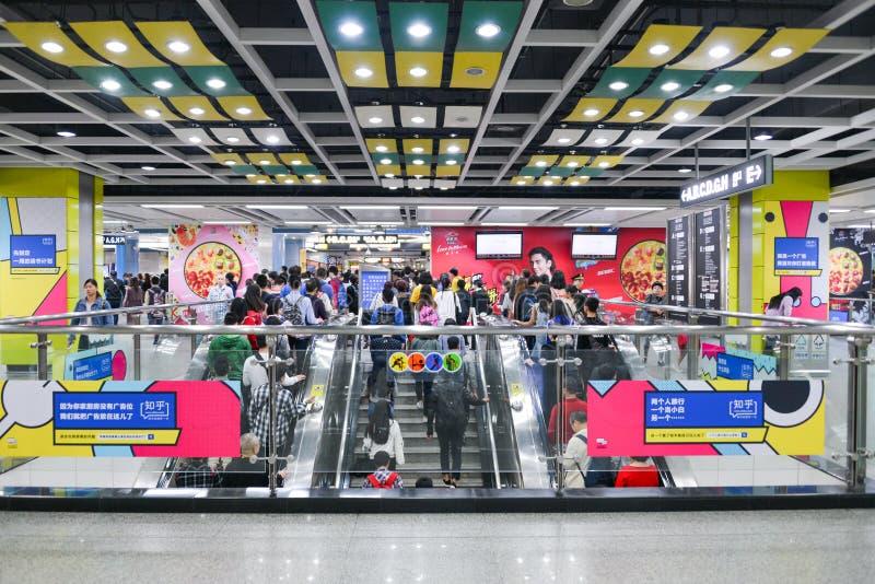 Passeggeri alla stazione della metropolitana nella città di Canton La vita di attività ed occupata della gente cantata immagine stock