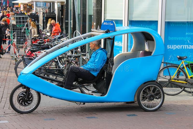 Passeggeri aspettanti del ciclista del taxi della bicicletta amsterdam immagine stock libera da diritti