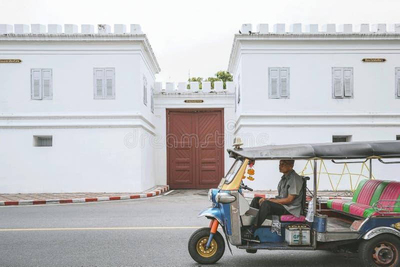 Passeggeri aspettanti del tassista di Tuk Tuk immagine stock