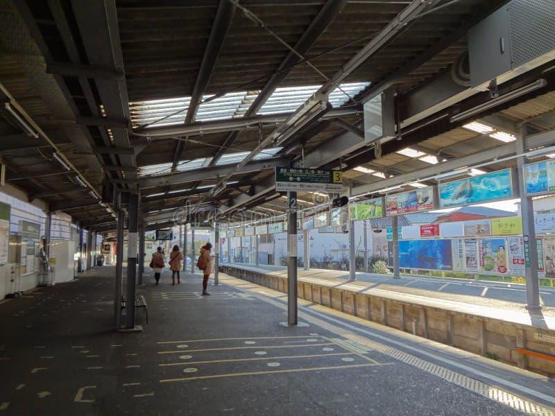 Passeggeri che aspettano alla stazione di Kamakura fotografie stock