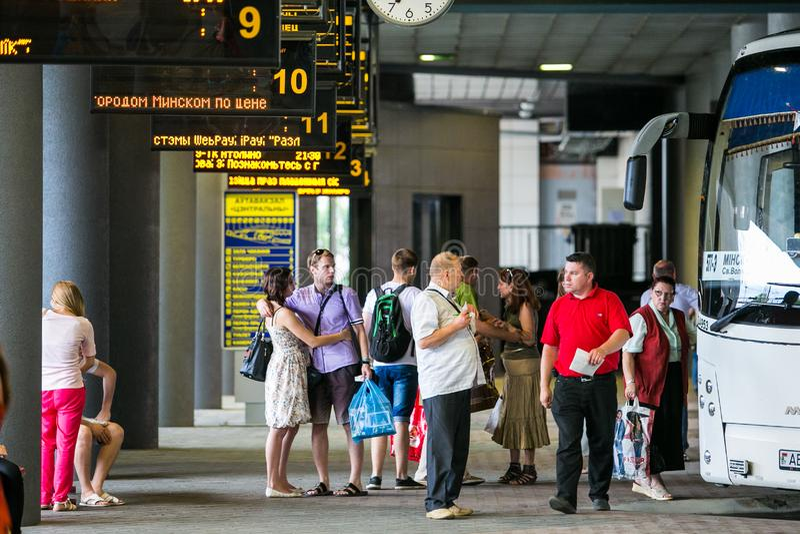 Passeggeri che aspettano il loro bus sulla piattaforma a Minsk immagini stock libere da diritti