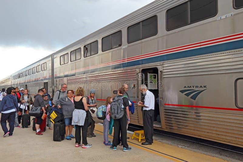 Passeggeri che si imbarcano su un treno dell'Amtrak immagini stock