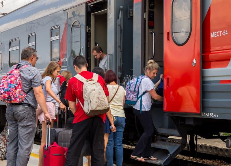 Passeggeri che si imbarcano sul treno alla stazione intermedia immagini stock libere da diritti