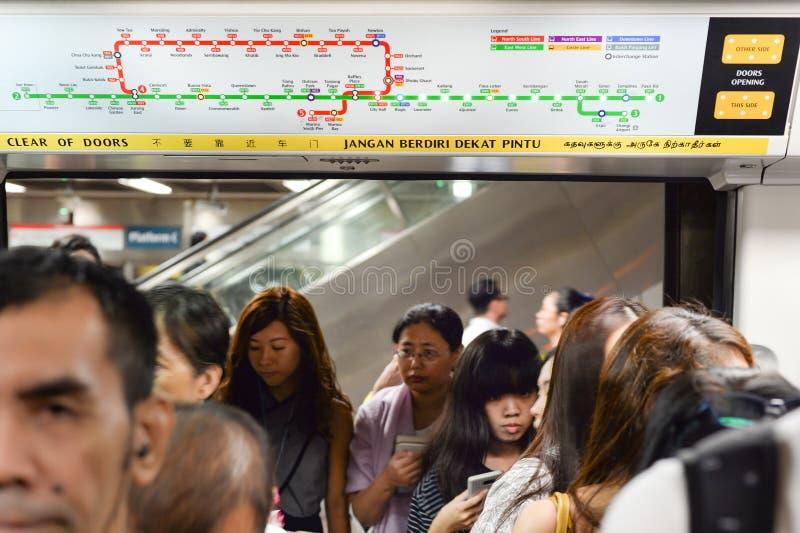 Passeggeri che si imbarcano sul treno della metropolitana, Singapore immagini stock libere da diritti