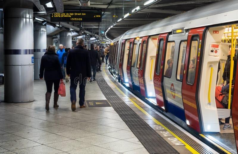 Passeggeri che si imbarcano sul treno sotterraneo di Londra fotografia stock libera da diritti