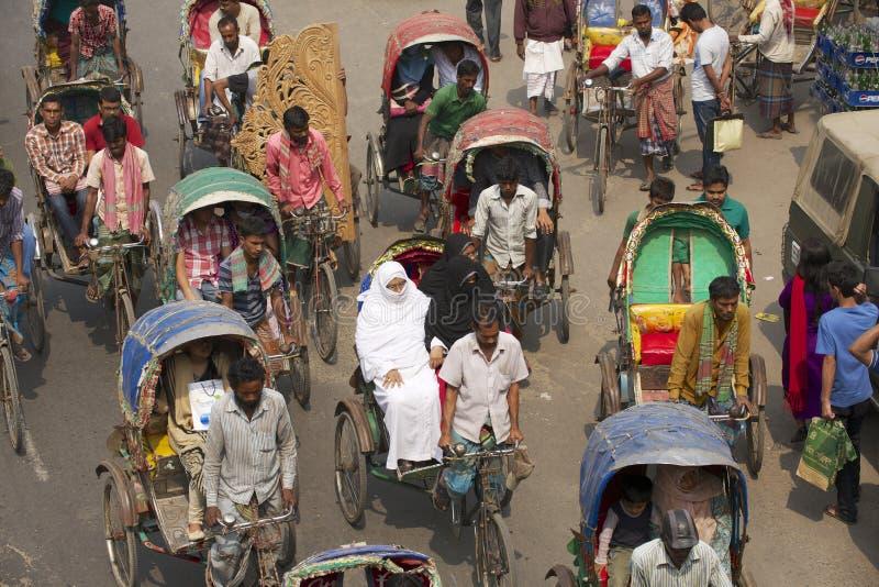 Passeggeri in Dacca, Bangladesh di trasporto dei risciò fotografia stock