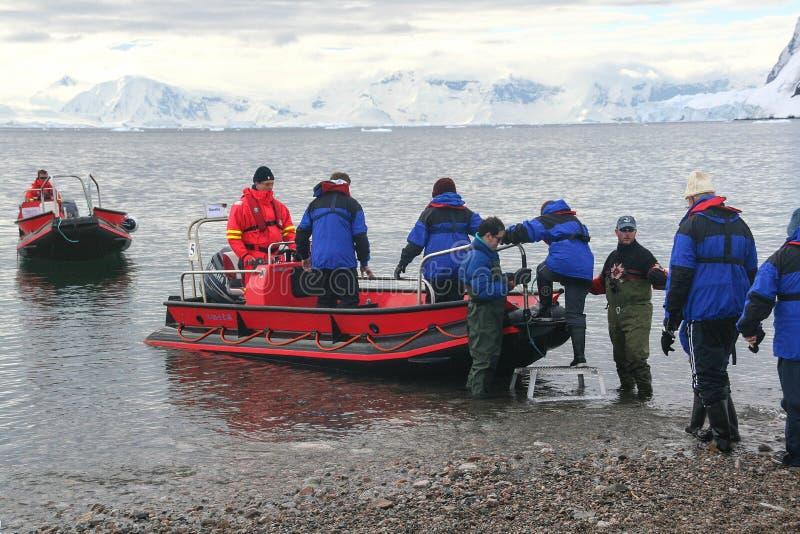 Passeggeri del traghetto delle barche dello zodiaco fotografie stock