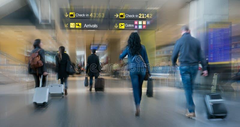 Passeggeri di linea aerea dentro un aeroporto fotografia stock libera da diritti