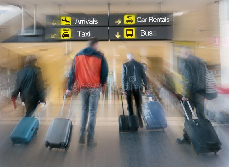 Passeggeri di linea aerea in un aeroporto immagini stock