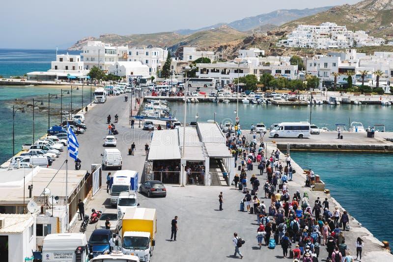 Passeggeri e camion nel porto dell'isola di Naxos, salente a bordo un traghetto fotografia stock libera da diritti